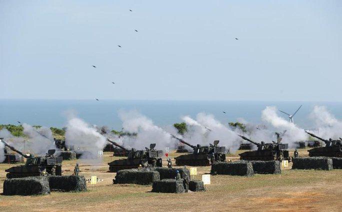 Pháo phòng không nhả đạn trong cuộc tập trận kéo dài 5 ngày. Ảnh: AP