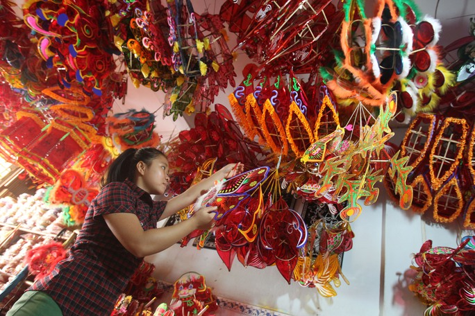 Tại xóm lồng đèn Phú Bình, các loại lồng đèn được trưng bày rất đa dạng và phong phú. Chỉ riêng đèn lồng giấy kiếng truyền thống đã có hàng chục kiểu màu sắc, hình dáng lạ mắt