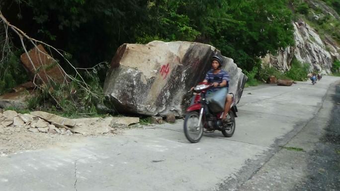 Nhiều tảng đá to trên núi Cấm đã rơi xuống đường