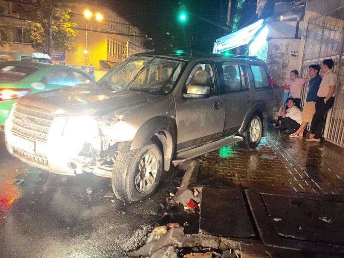 Chiếc xe sau khi tự gây tai nạn được người dân cứu người ra khỏi xe, còn tài xế thì biến mất