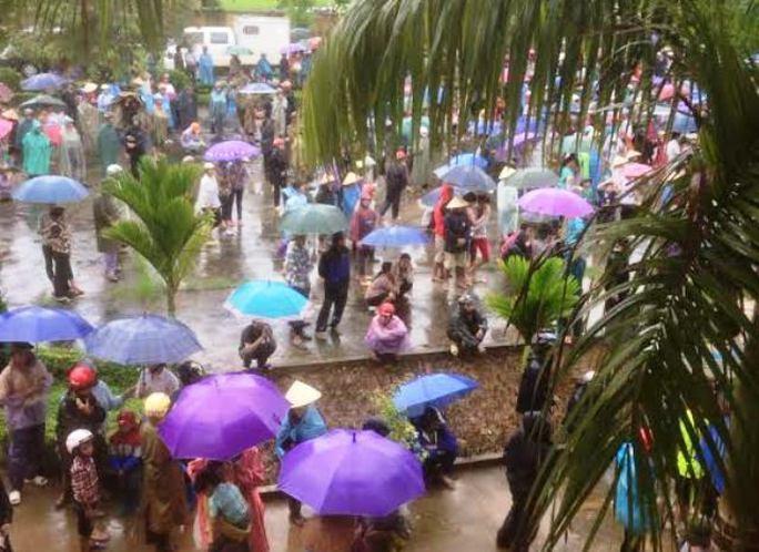Rất đông người dân đội mưa đến xem phiên xét xử lưu động tại UBND xã Nguyệt Ấn
