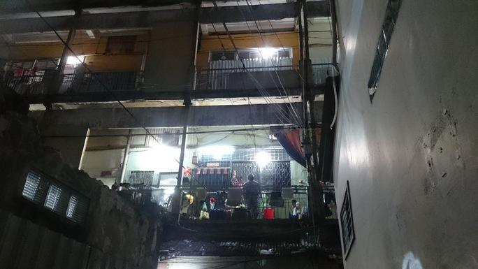 Tại chung cư Cô Giang (quận 1) đa số những người dân trụ lại ở các khu chung cư đổ nát là người lao động nghèo không chấp nhận mức đền bù, di dời tới khu tái định cư xa trung tâm. - Ảnh: Quốc Chiến