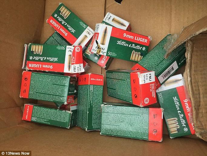 16 chiếc hộp, mỗi chiếc đựng 50 viên đạn thật dành cho loại súng Luger nòng 9 mm. Ảnh: 13NewsNow