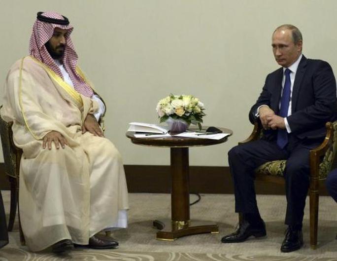 Tổng thống Nga Vladimir Putin (phải) gặp Bộ trưởng Quốc phòng Ả Rập Saudi  Mohammed bin Salman. Ảnh: Reuters