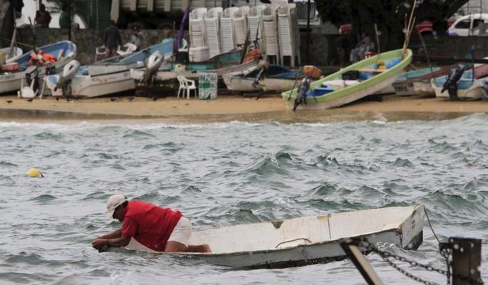 Ngư dân ở TP Acapulco kiểm tra thuyền bè đối phó với bão Patricia. Ảnh: Reuters