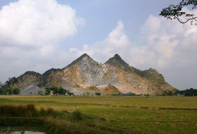 Mỏ đá khu vực núi Vạc, xã Định Tăng - nơi treo rất nhiều các biển cấm quay phim chụp ảnh