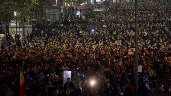 Khoảng 20.000 người biểu tình xuống đường phản đối vụ cháy hộp đêm. Ảnh: Reuters