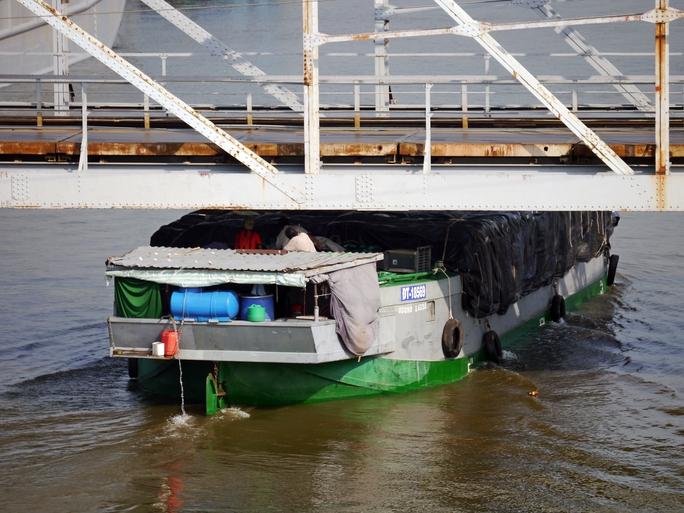 Sau hơn 110 năm tồn tại, gồng gánh biết bao lượt xe qua lại, cây cầu đã xuống cấp, tĩnh không khá thấp khiến tàu bè qua lại gặp nhiều khó khăn.