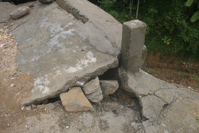 Theo bà Trần Thị Tuyết, Phó chủ tịch UBND xã Tiên Lãnh, chỉ sau khi cây cầu này được nghiệm thu khoảng 3-4 ngày thì bị hỏng như thế này