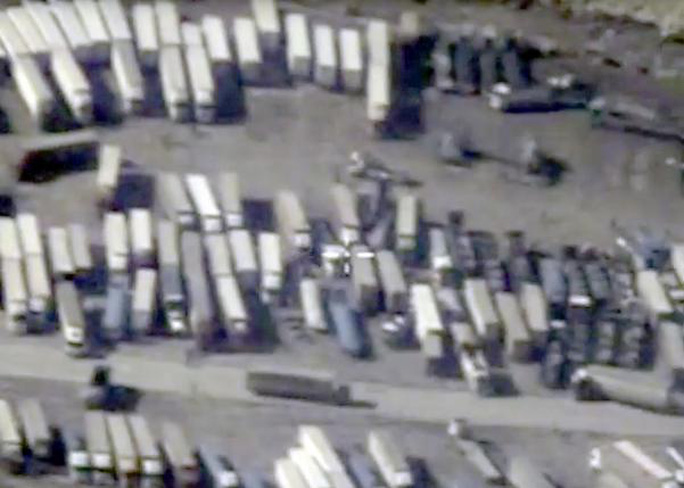 Hình ảnh vệ tinh chụp đoàn xe được cho là chở dầu vượt qua biên giới từ Syria vào Thổ Nhĩ Kỳ. Ảnh: Reuters