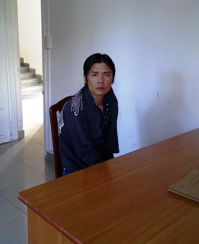 Nguyễn Văn Lành đang được cơ quan chức năng lấy lời khai (ảnh do cơ quan chức năng cung cấp)