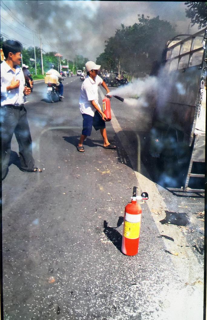 Người dân dùng bình chữa cháy tại chỗ để dập lửa nhưng không hiệu quả