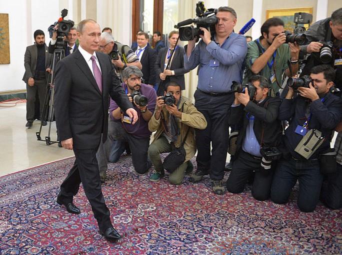 """Giải mã dáng đi """"bất thường"""" của ông Putin"""
