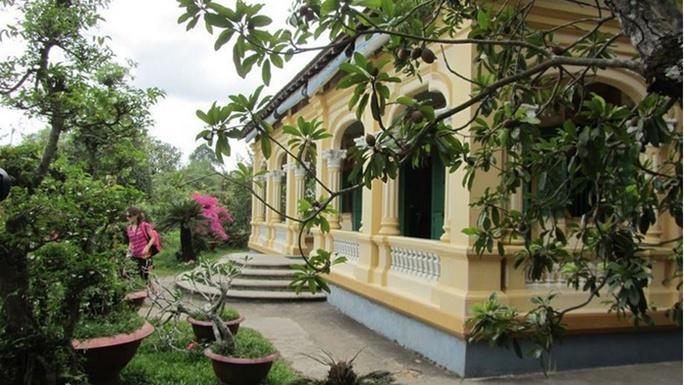 Dọc hai bên lối vào nhà là vườn cỏ xanh và sân vườn rộng lớn, nhiều loại cây ăn quả, loại hoa đẹp như lan, sứ... Ảnh: Hải Yến.