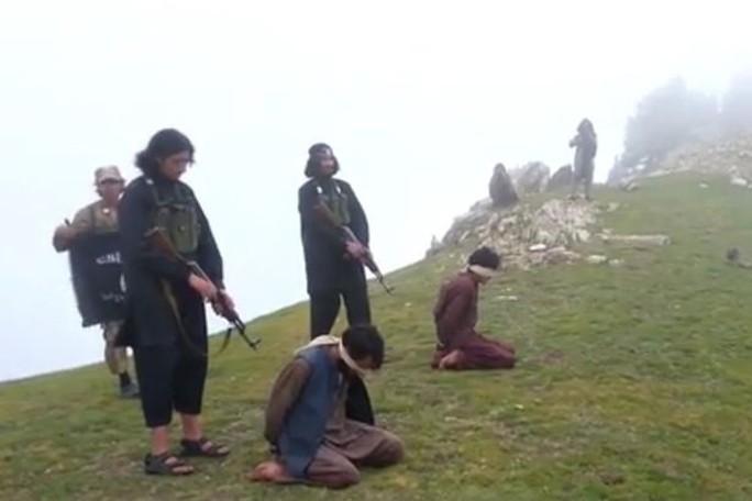 ... và bắn chết 2 binh sĩ khác trên một đỉnh núi. Ảnh: Mirror