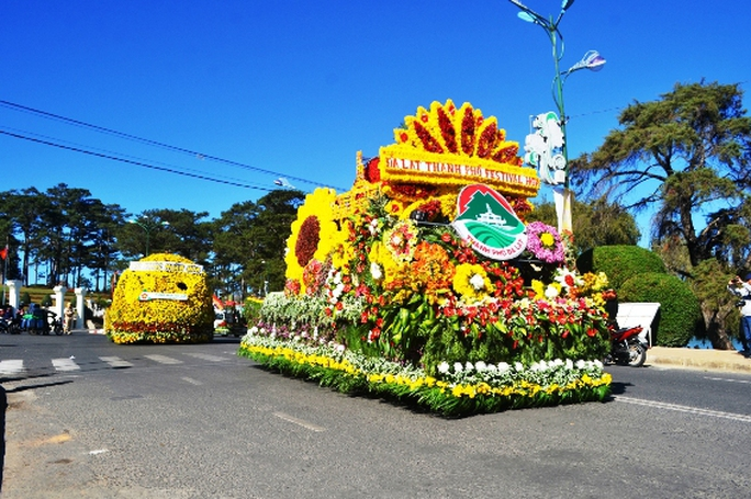 Gần 30 xe hoa lớn nhỏ, được trang trí công phu, màu sắc rực rỡ đã tham gia diễu hành mừng Festival hoa Đà Lạt 2015.