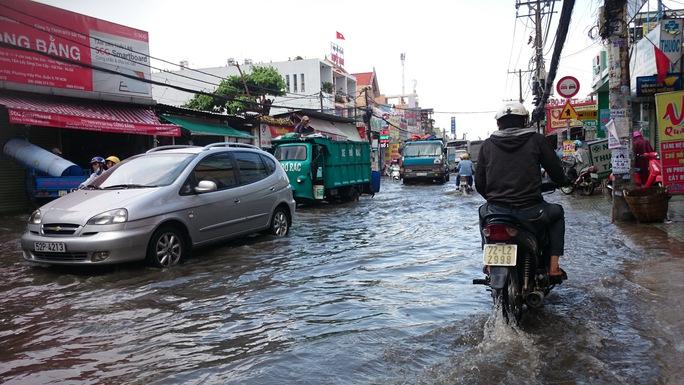 TP HCM: Mưa 20 phút đường đã ngập như sông
