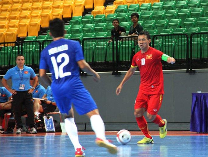 Đội trưởng Bảo Quân (đỏ) ghi 3 bàn thắng vào lưới Philippines