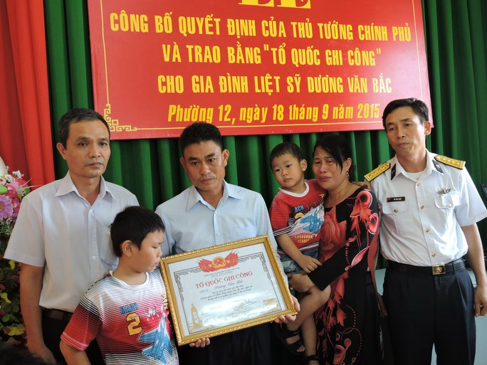Người chị cùng 2 con nhỏ của liệt sĩ Dương Văn Bắc trong lễ trao bằng Tổ quốc ghi công
