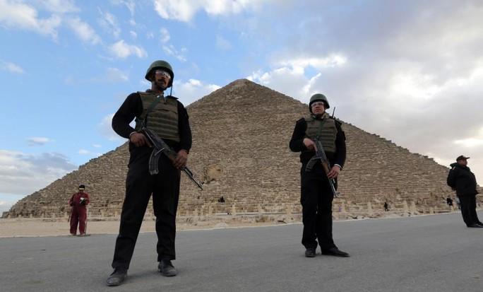 Lực lượng cảnh sát bảo vệ kim tự tháp Cheops ở Giza. Ảnh: Reuters
