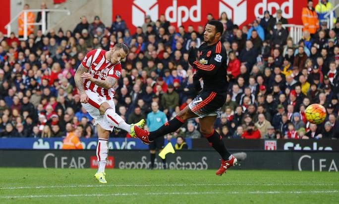 Arnautovic với cú sút nâng tỉ số 2-0 cho Stoke