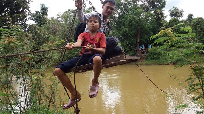 Qua suối chỉ có các đu cáp treo hoặc lội nước