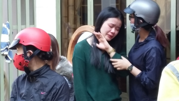 Con gái chủ nhà khóc ngất khi chứng kiến tài sản bị thiêu rụi