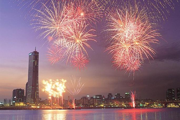 Thủ đô Seoul chào đón năm 2016 bằng màn bắn pháo hoa rực rỡ. Ảnh: Twitter