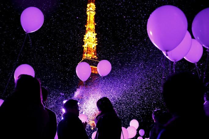 Người dân thả bong bóng trước Tháp Tokyo - Nhật Bản để chào đón năm mới. Ảnh: Reuters