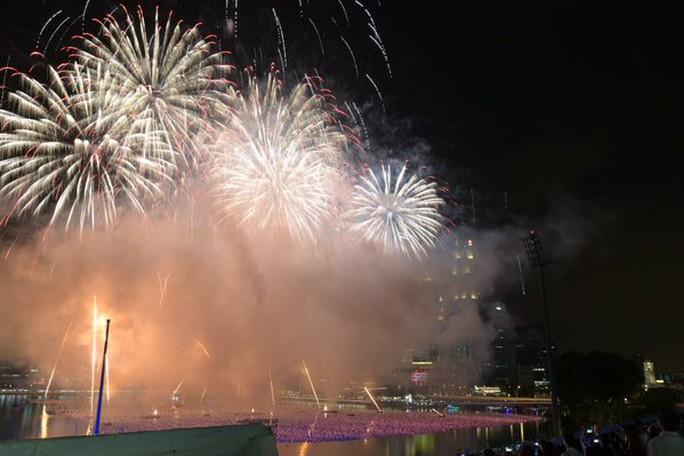 Bầu trời Vịnh Marina sáng rực bởi pháo hoa. Ảnh: Channel NewsAsia