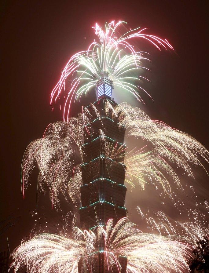 Màn trình diễn pháo hoa ngoạn mục chào đón năm 2016 từ tòa tháp Đài Bắc 101 cao nhất Đài Loan. Ảnh: Reuters