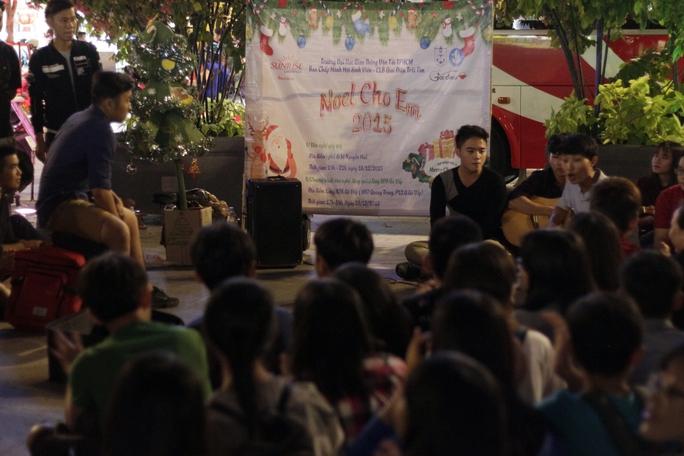 Nhiều bạn trẻ tập trung đàn hát, chia sẻ niềm vui với mọi người