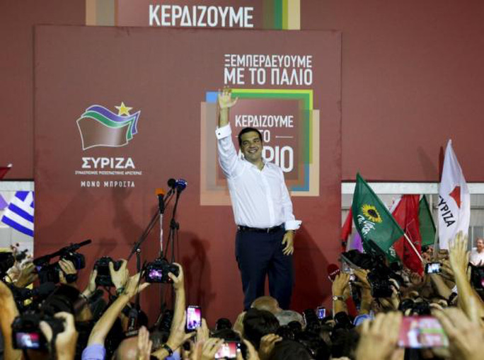Ông Alexis Tsipras chúc mừng sau chiến thắng của đảng Syriza. Ảnh: Reuters