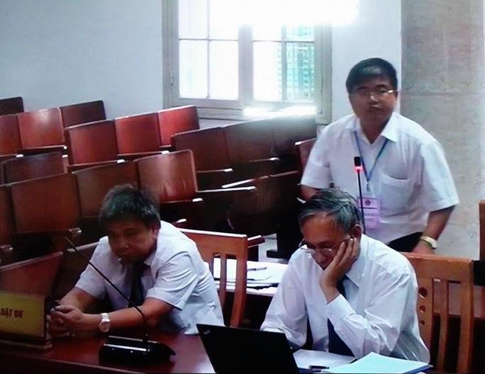 Các luật sư bào chữa tại phiên toà - Ảnh chụp qua màn hình