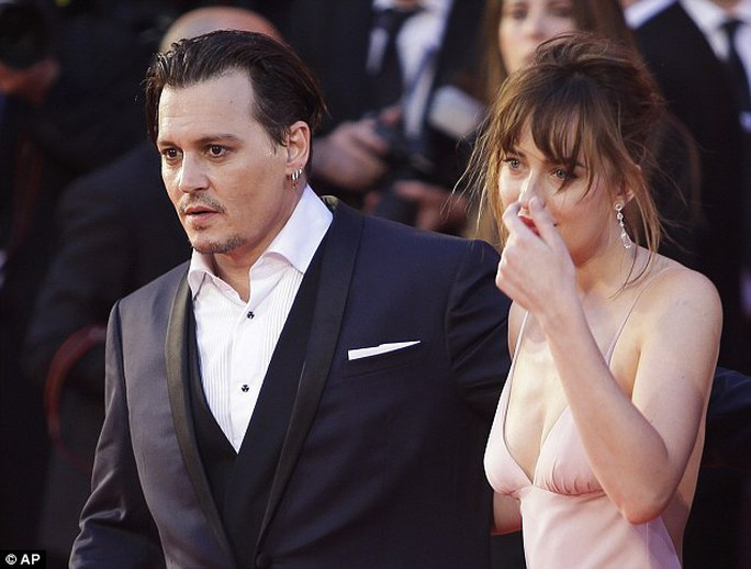 Dakota Johnson và Johnny Depp