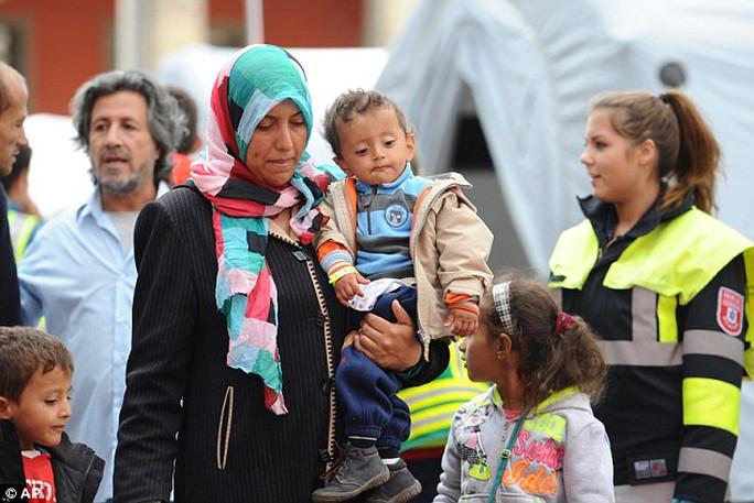 Nhiều người Đức nhiệt tình chào đón người di cư. Ảnh: AP