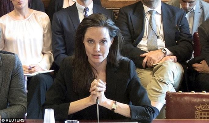 """Angelina Jolie: """"IS sử dụng hiếp dâm như chính sách!"""""""