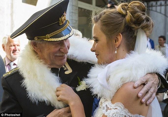 Cả hai đám cưới kín đáo
