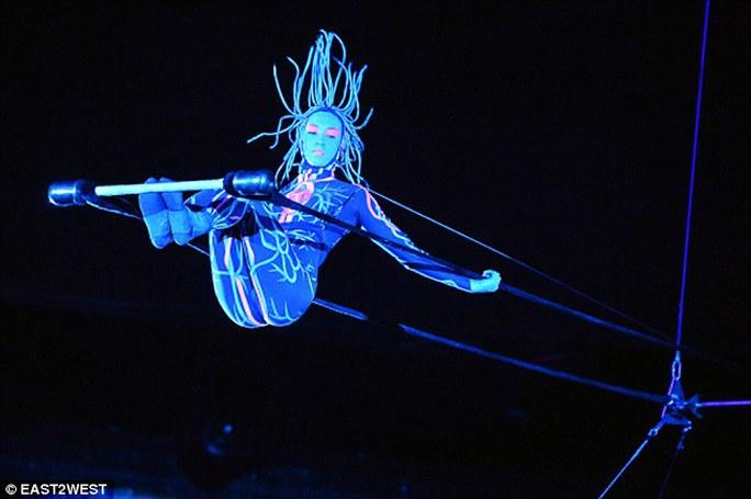 Nghệ sĩ xiếc thoát chết thần kỳ khi rơi từ độ cao 10m