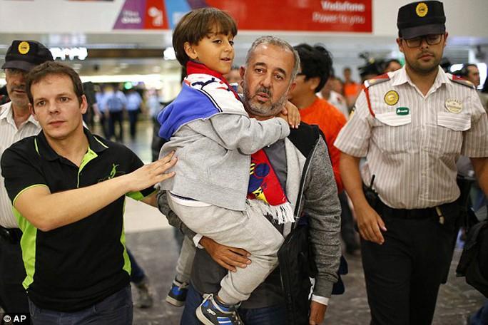 Ông Osama Abdul Mohsen và con trai Zaid đã lên một chuyến tàu đến Madrid. Ảnh: AP