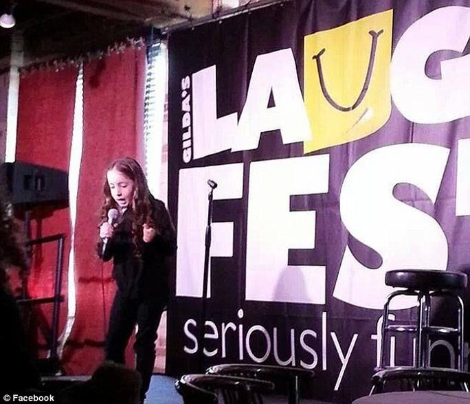 Saffron Herndon, 10 tuổi, đã trở thành nữ diễn viên hài gây sốt ở Mỹ
