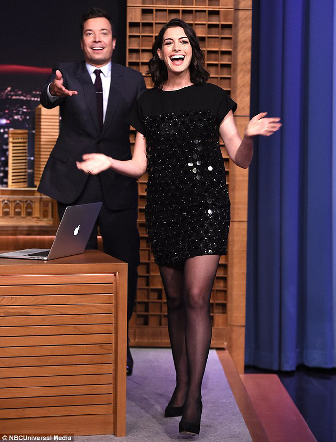 Anne Hathaway cười hết cỡ quảng bá phim mới