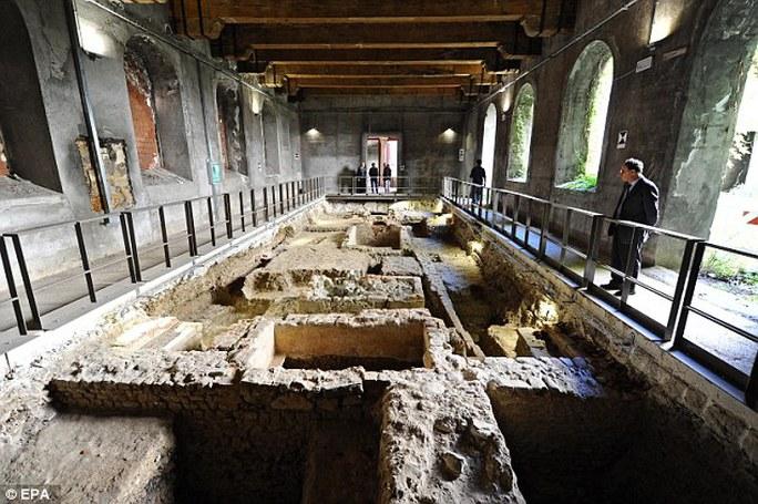 Hiện trường khai quật khu mộ ở Florence. Ảnh: EPA