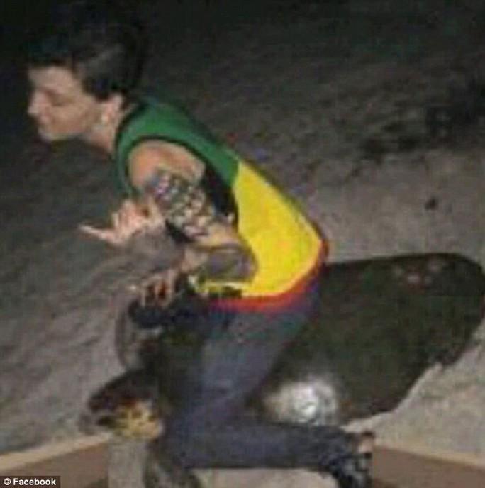 Cô Stephanie Marie Moore cưỡi rùa trên bãi biển. Ảnh: Facebook