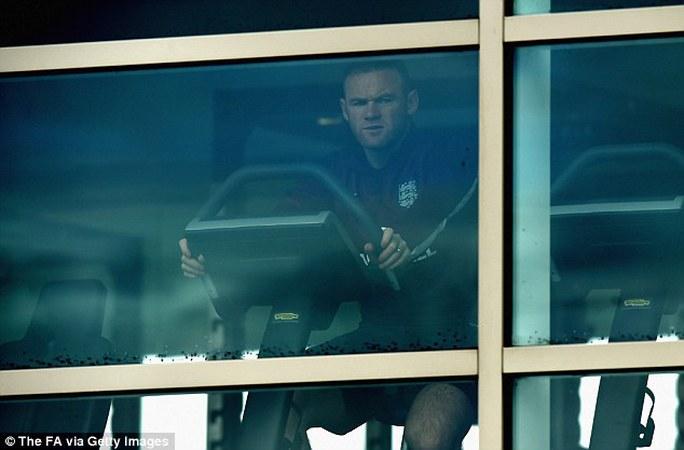 Rooney phải tập riêng chờ hồi phục chấn thương