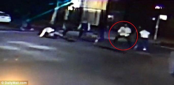 Những hình ảnh về vụ ẩu đả được camera an ninh của cửa hàng rượu A&P ghi lại. Spencer Stone được cho là người mặc áo trắng được khoanh màu đỏ. Ảnh: AP/ Daily Mail
