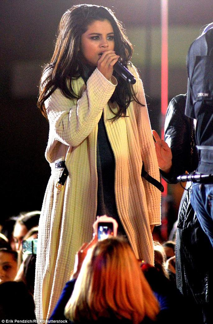 Selena Gomez ban đầu mặc thêm áo khoác dài