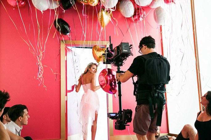 Cô tạo dáng thực hiện chiến dịch quảng bá thương hiệu nước hoa