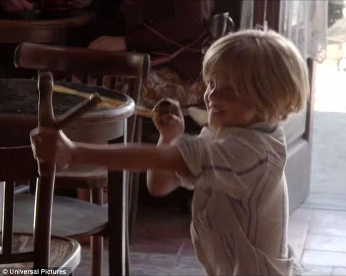 Bé Shiloh nghịch ngợm dùng súng cao su bắn cha mình