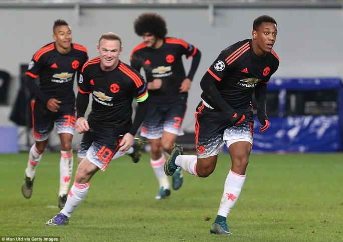 Ronnay và Martial ăn mừng bàn thắng quý giá